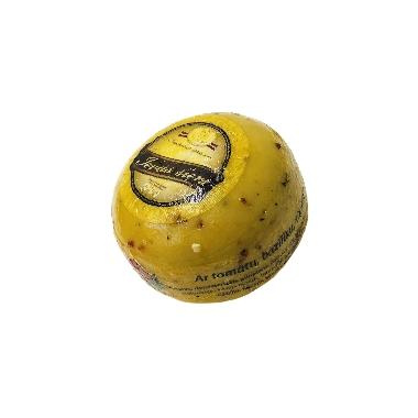Ievas siers ar tomātu, baziliku, timiānu